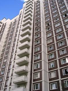 По-прежнему наблюдается дефицит, так называемых «свободных» квартир, продажа которых не связана с одновременной покупкой другой недвижимости. Вызван он не столько отсутствие таких квартир как таковых, а часто встречающейся «пропастью» между ценой за такую квартиру и покупательской способностью, основанной на ценах обмениваемых жилых помещений. Поэтому правильнее говорить не о дефиците «свободных» квартир, а о дефиците свободных квартир по рыночным ценам.