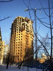 Строительство дома Фото:Mosgrad.ru После повышения как долларовых, так и рублевых цен на квартиры, стало очевидным, что на вторичный рынок пришел реальный рост цен.